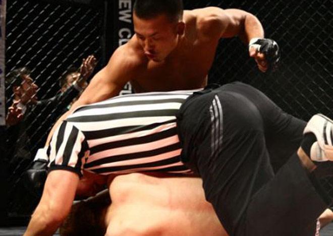 """Choáng MMA: """"Thứ dữ"""" truy sát đối thủ, hạ cả trọng tài - 1"""
