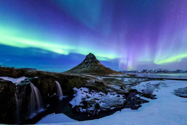 Bãi biển Aurora Galore nổi bật trên nền bắc cực quang tuyệt đẹp.