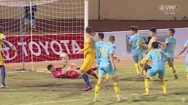 """Vòng 15 V-League: Sửng sốt với phản lưới """"không thể tin nổi"""" - 1"""