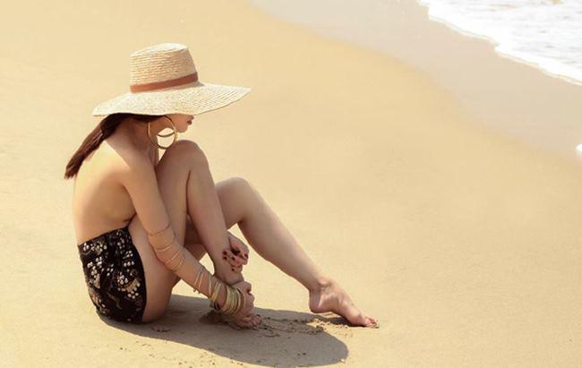 Sở hữu vóc dáng nhỏ con, nhưng Yến Trang có gu thời trang rất sành điệu. Bức hình bán nude trên bờ biển của cô nàng rất gợi cảm và quyến rũ.
