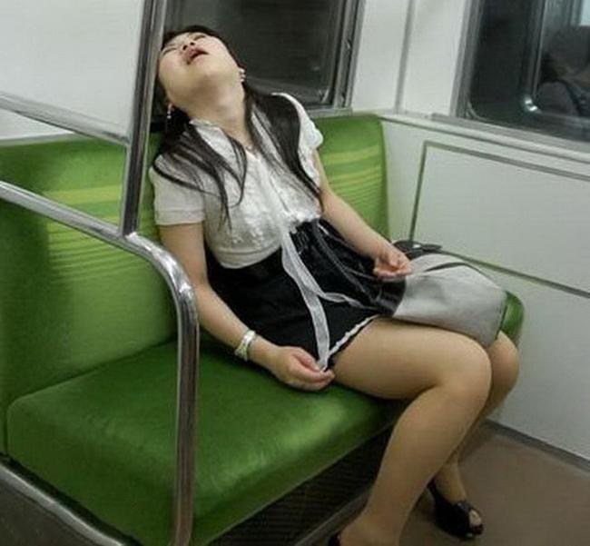 """Ối giời, ngủ thôi mà cũng phải tạo dáng """"đặc biệt""""."""