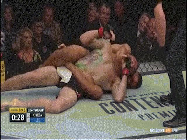 UFC: Võ sĩ dùng quái chiêu