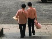 An ninh Xã hội - Hoa hậu Phương Nga cùng mẹ đến toà sau khi tại ngoại