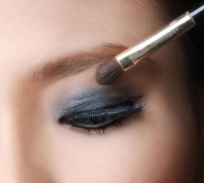 Video làm đẹp: Trang điểm Mắt khói đơn giản - 2