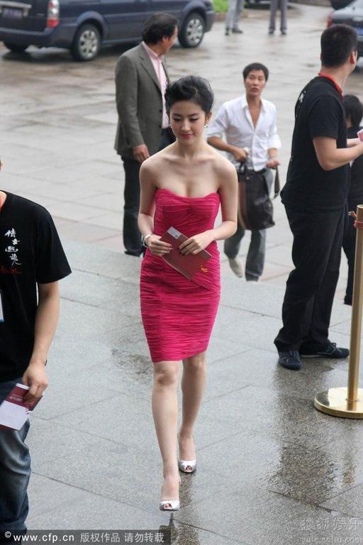 Lưu Diệc Phi mải mê che ngực sexy - 4
