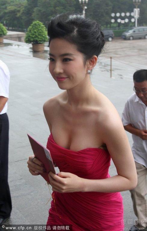Lưu Diệc Phi mải mê che ngực sexy - 9