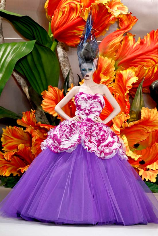 Jessica Alba xúng xính váy hoa đi xem thời trang - 8