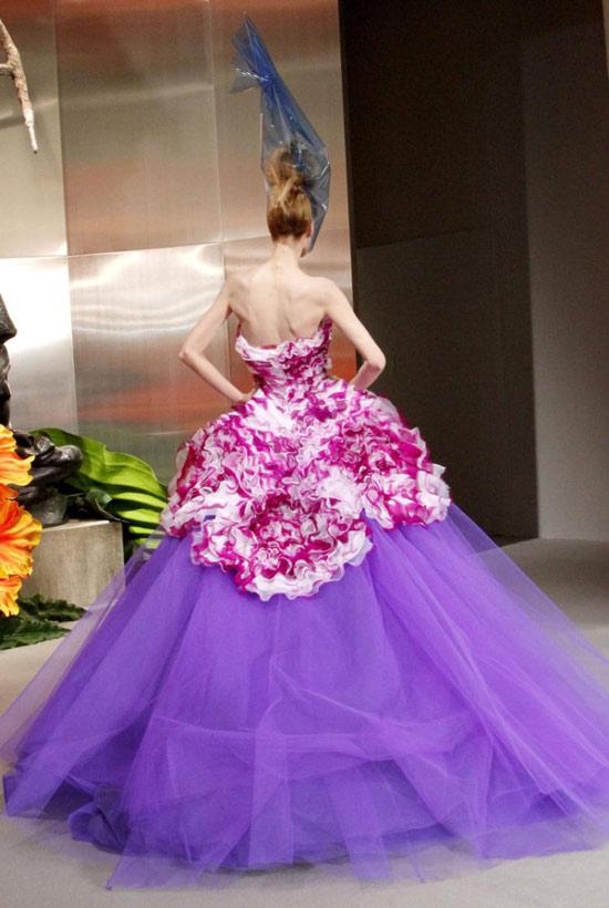 Jessica Alba xúng xính váy hoa đi xem thời trang - 9