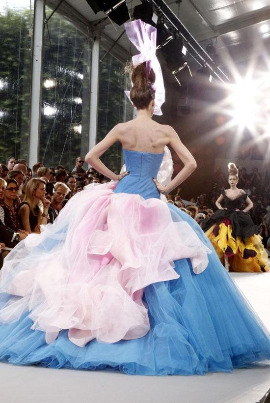 Jessica Alba xúng xính váy hoa đi xem thời trang - 12