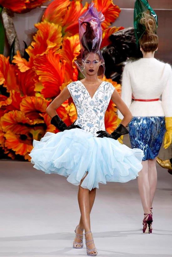 Jessica Alba xúng xính váy hoa đi xem thời trang - 14