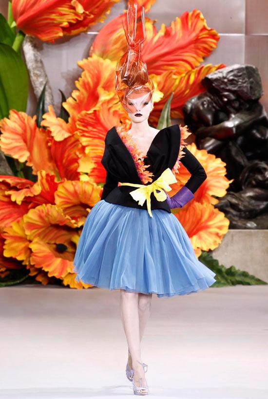 Jessica Alba xúng xính váy hoa đi xem thời trang - 7
