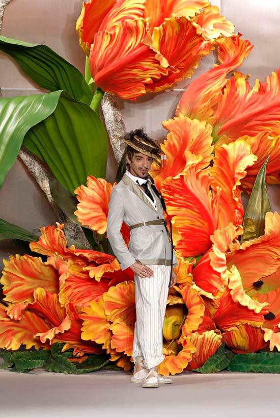 Jessica Alba xúng xính váy hoa đi xem thời trang - 6