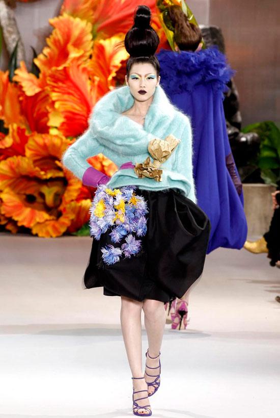 Jessica Alba xúng xính váy hoa đi xem thời trang - 15