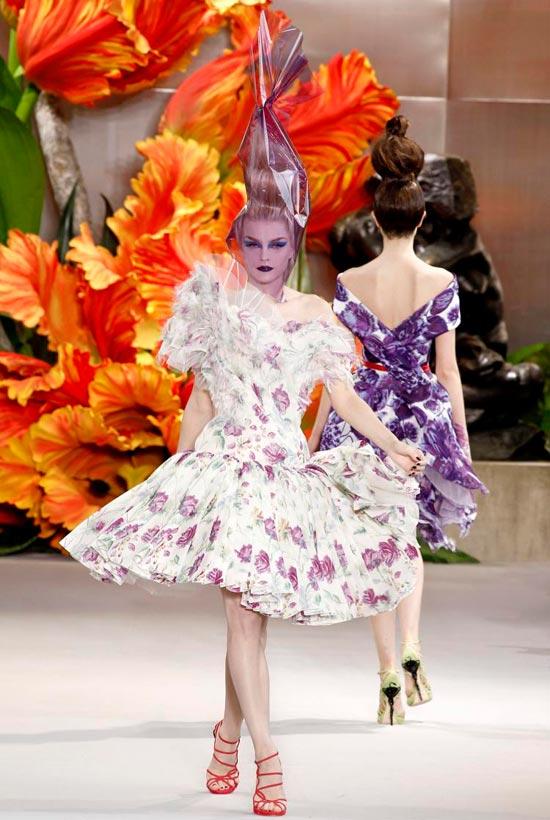 Jessica Alba xúng xính váy hoa đi xem thời trang - 11