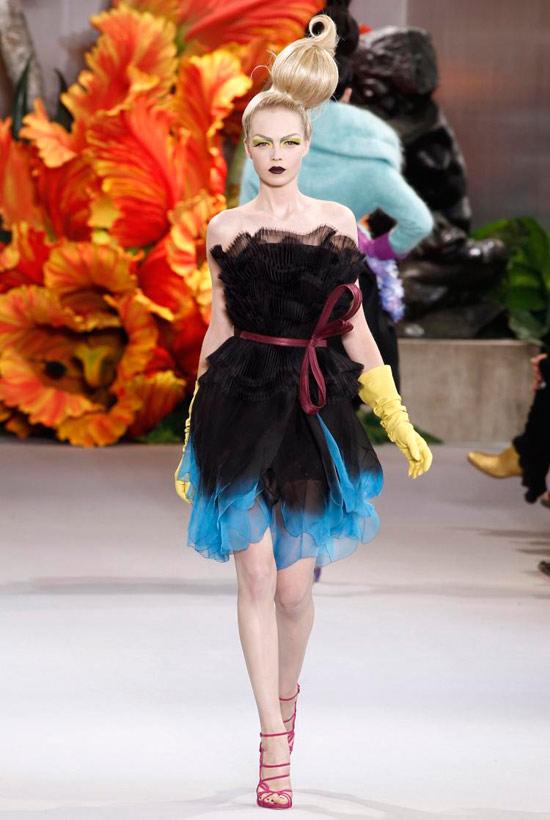 Jessica Alba xúng xính váy hoa đi xem thời trang - 13