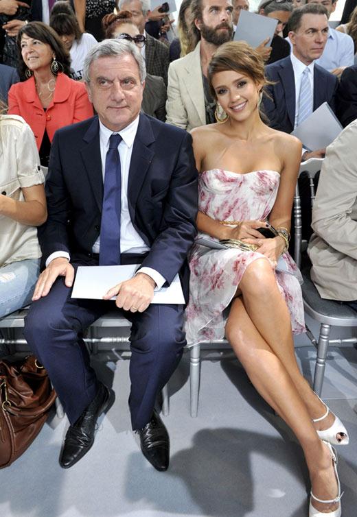 Jessica Alba xúng xính váy hoa đi xem thời trang - 5