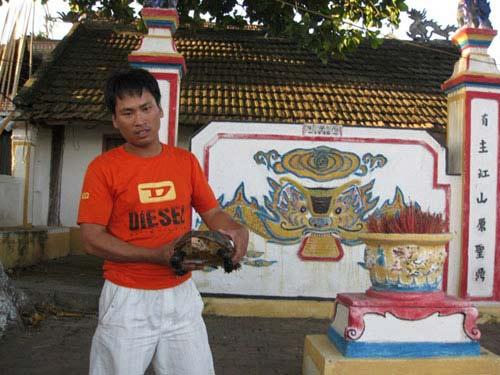 Chùm ảnh bắt được rùa vàng cạnh đền thờ - 3