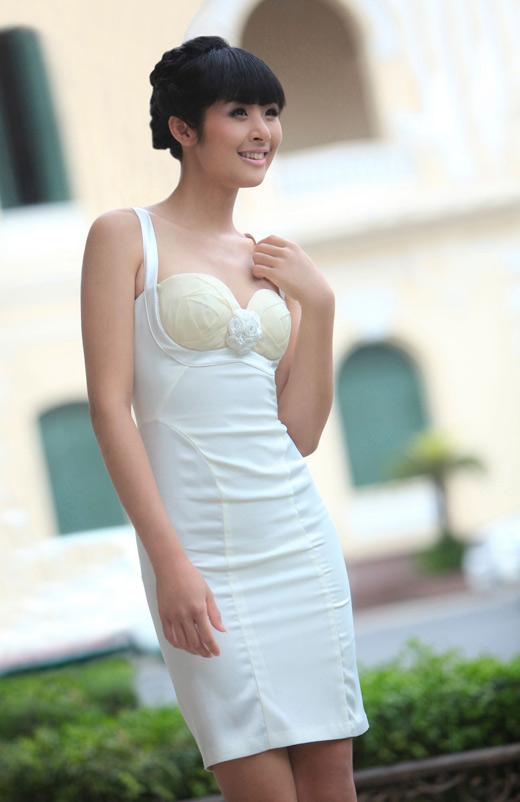 Ngọc Hân mặc váy đẹp trú mưa Sài Gòn - 16