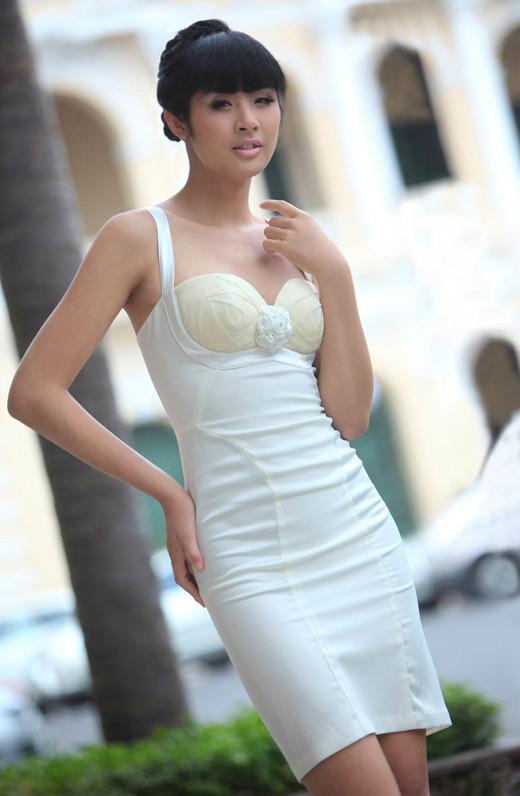 Ngọc Hân mặc váy đẹp trú mưa Sài Gòn - 19