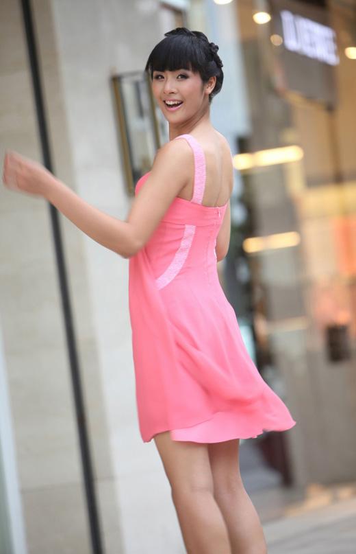 Ngọc Hân mặc váy đẹp trú mưa Sài Gòn - 2