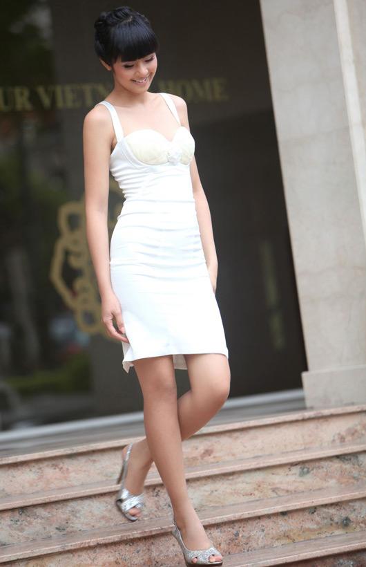 Ngọc Hân mặc váy đẹp trú mưa Sài Gòn - 17
