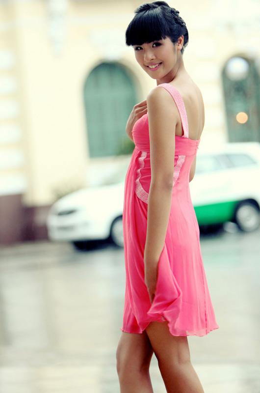 Ngọc Hân mặc váy đẹp trú mưa Sài Gòn - 1