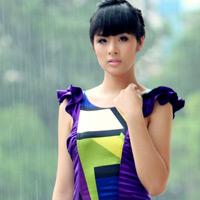 Ngọc Hân mặc váy đẹp trú mưa Sài Gòn