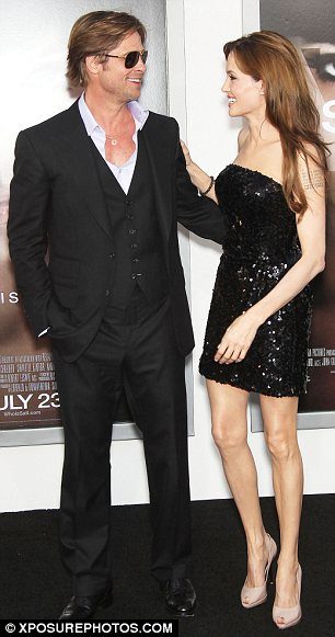 Angelina Jolie diện váy đẹp bên người tình - 3