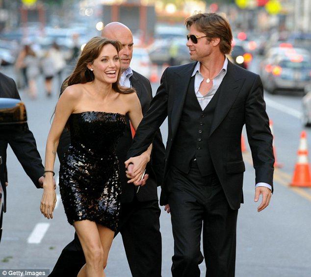Angelina Jolie diện váy đẹp bên người tình - 8