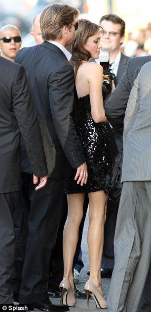 Angelina Jolie diện váy đẹp bên người tình - 4