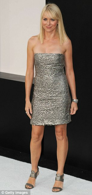 Angelina Jolie diện váy đẹp bên người tình - 13