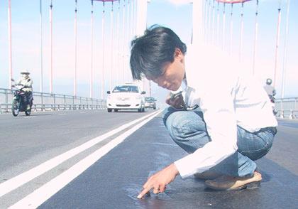 Biểu hiện lạ trên cầu Thuận Phước - 1
