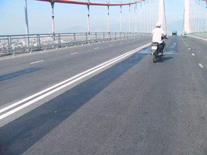Biểu hiện lạ trên cầu Thuận Phước - 2