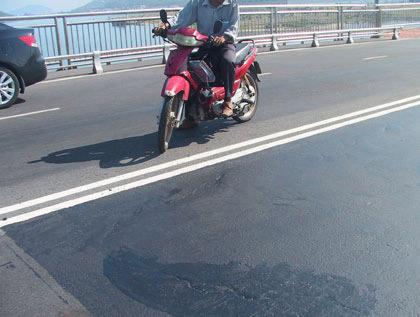 Biểu hiện lạ trên cầu Thuận Phước - 3
