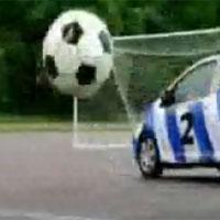 Video bóng đá: Ôtô... đá bóng