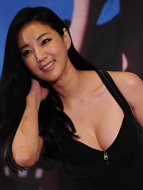 Cựu hoa hậu Hàn Quốc khoe vòng 1 gợi cảm - 1
