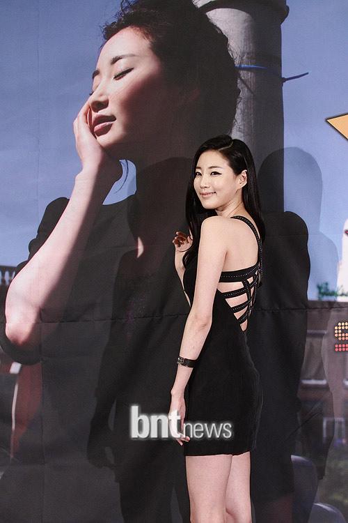 Cựu hoa hậu Hàn Quốc khoe vòng 1 gợi cảm - 4