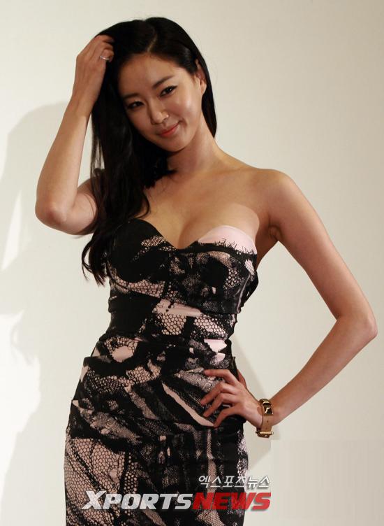 Cựu hoa hậu Hàn Quốc khoe vòng 1 gợi cảm - 10