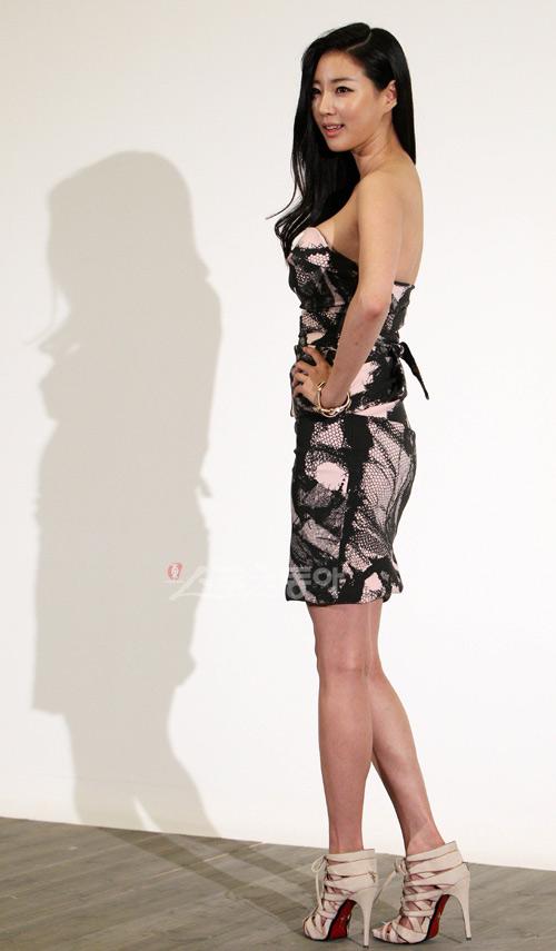 Cựu hoa hậu Hàn Quốc khoe vòng 1 gợi cảm - 14