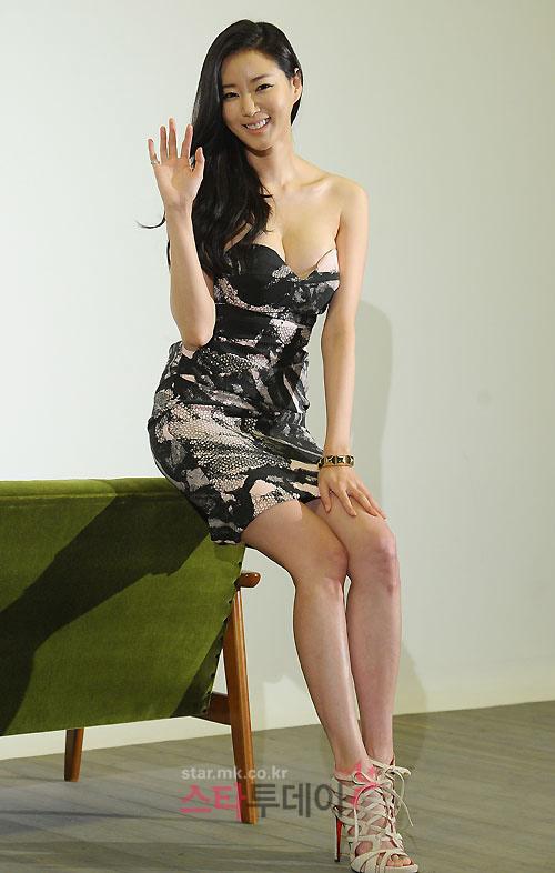 Cựu hoa hậu Hàn Quốc khoe vòng 1 gợi cảm - 15