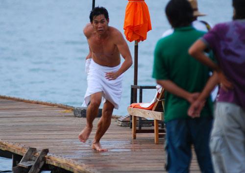 Sao Việt và những pha cởi áo, tắm trần - 6