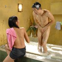 Sao Việt và những pha cởi áo, tắm trần
