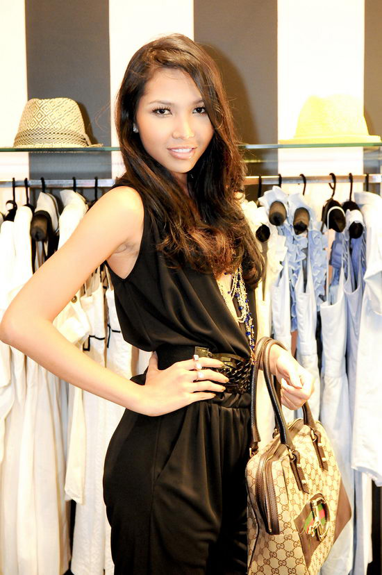 Kiều nữ Venus giúp bạn gái chọn váy hàng hiệu - 3