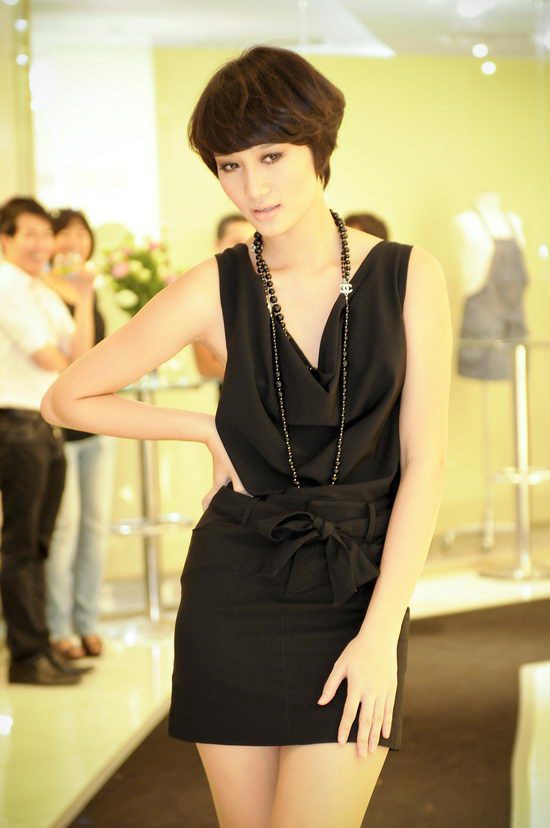 Kiều nữ Venus giúp bạn gái chọn váy hàng hiệu - 4