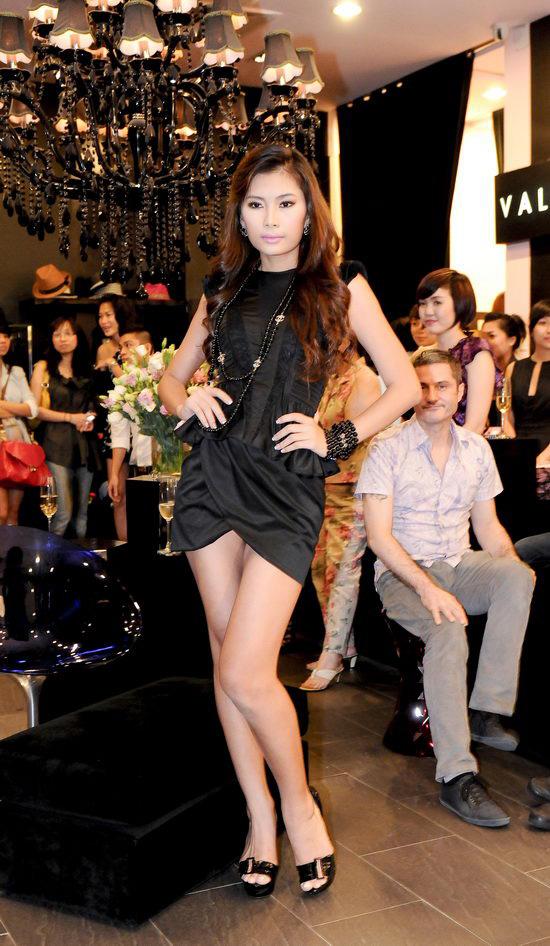 Kiều nữ Venus giúp bạn gái chọn váy hàng hiệu - 9