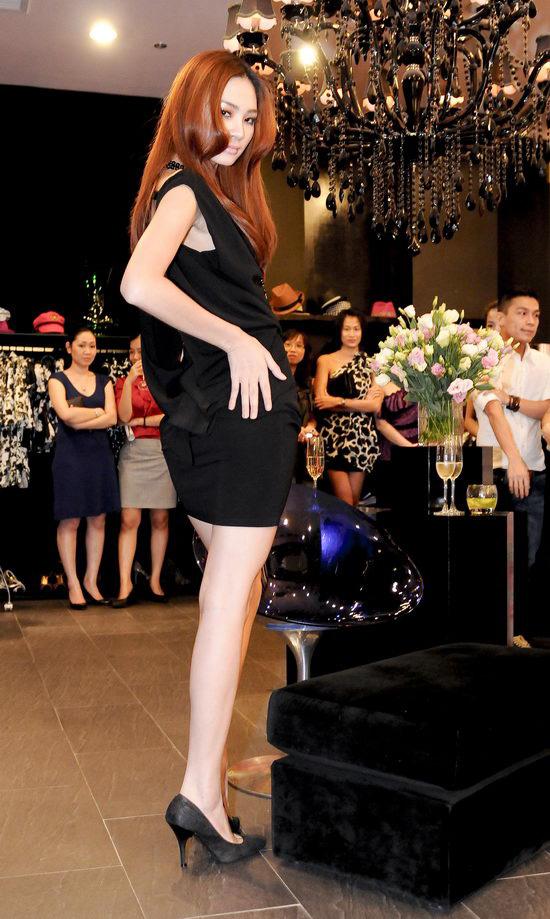 Kiều nữ Venus giúp bạn gái chọn váy hàng hiệu - 11