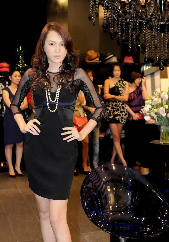 Kiều nữ Venus giúp bạn gái chọn váy hàng hiệu - 1