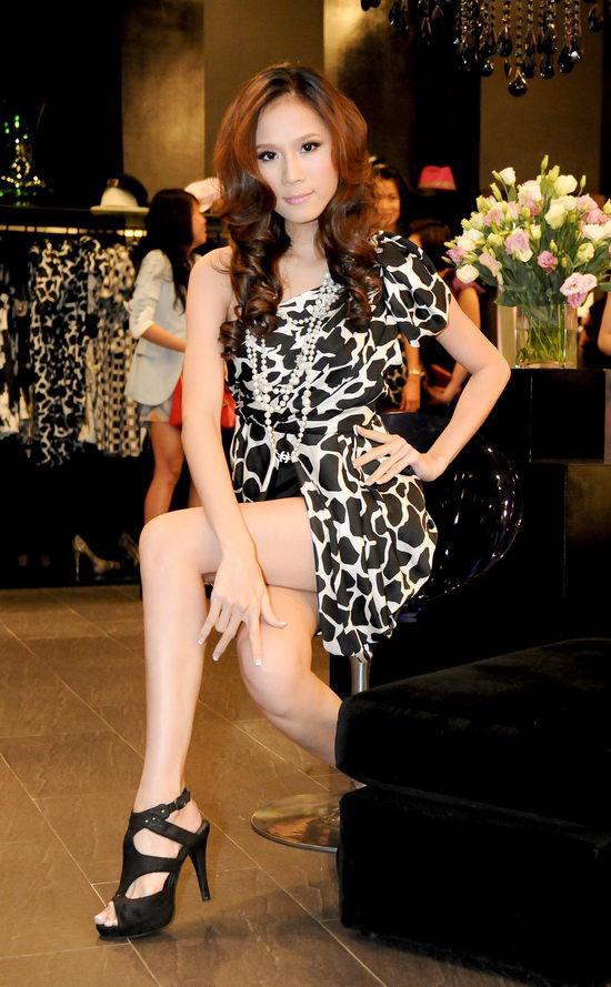 Kiều nữ Venus giúp bạn gái chọn váy hàng hiệu - 12