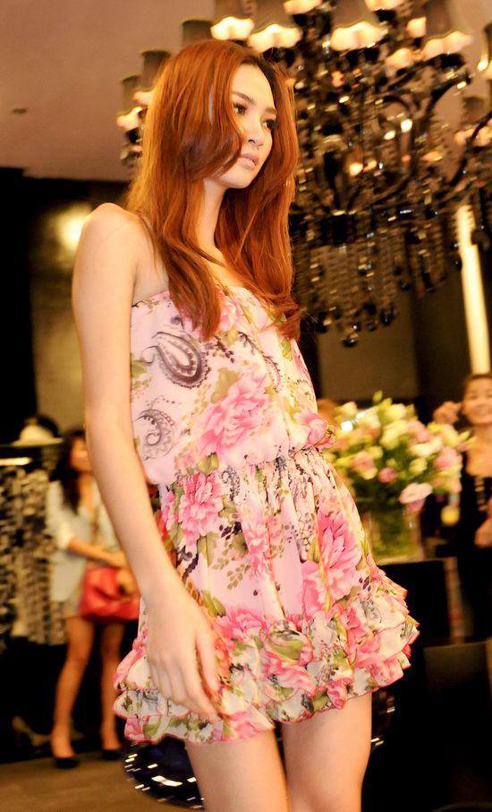 Kiều nữ Venus giúp bạn gái chọn váy hàng hiệu - 13