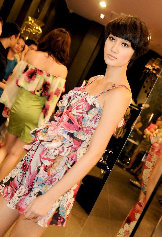 Kiều nữ Venus giúp bạn gái chọn váy hàng hiệu - 14